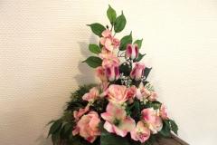 Coupe fleurs roses clairs et blanches en pyramide