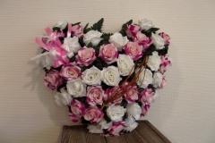 Coussin en forme de cœur avec des roses blanches et roses