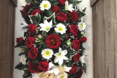 Grand dessus de cercueil. Fleurs rouges et blanches