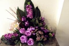 Coupe en pyramide. Fleurs violettes