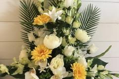 Grande composition en pyramide. Fleurs jaunes et blanches
