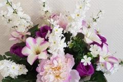Composition de fleurs blanches et violettes