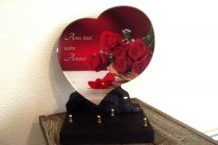 Grande plaque altu en forme de cœur rouge. Roses rouges et texte