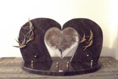 Plaque granit en forme de cœur. Bronzes colombes