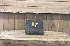 Plaque granit, bronze papillon