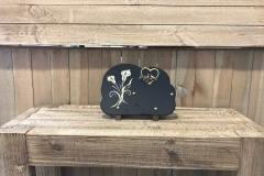 Plaque nuage granit noir, fleurs lys, bronze cœur