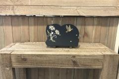 Plaque granit noir, fleurs marguerites, bronze colombe